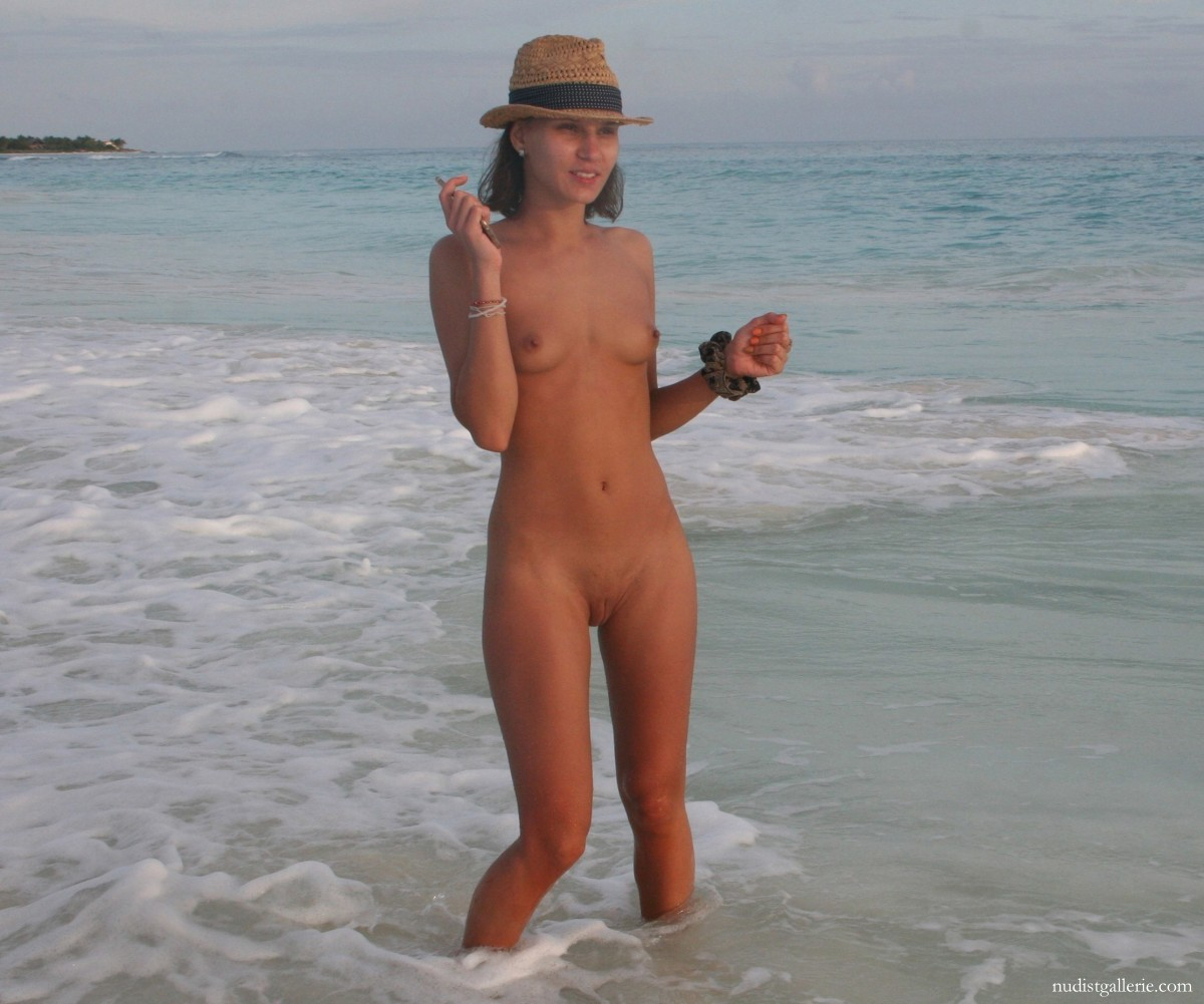 Pute naturiste en vacances. - Nudist pictures photos and videos: www.nudistgallerie.com/nudist-nudism-naturism/displayimage-lastup-6...