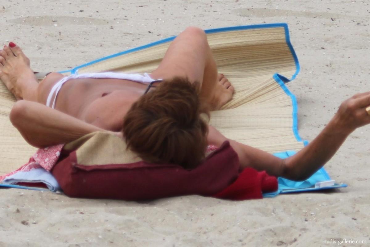 Mature salope sur la plage Nudist pictures photos and videos